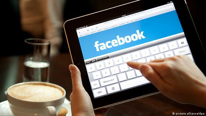 ILLUSTRATION - Eine Frau loggt sich am 04.08.2011 in Berlin auf einem iPad bei Facebook ein.