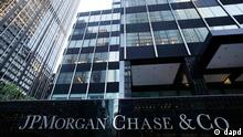 A JPMorgan Chase building is shown, Friday, May 11, 2012, in New York. JPMorgan Chase, the largest bank in the United States, said Thursday that it lost $2 billion in the past six weeks in a trading portfolio designed to hedge against risks the company takes with its own money. (Foto:Mark Lennihan/AP/dapd)
