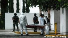 ARCHIV - Der Leichnam von Pedro Velazquez Amador alias 'La Pina', Kopf des Beltran Leyva Kartells, wird in San Pedro Garza Garcia abtransportiert (Archivfoto vom 26.05.2010). Der mexikanische Drogenkrieg fordert immer mehr Opfer - unter ihnen Tausende von unbeteiligten Mexikanern. Jetzt soll sich eine eine «Opferstaatsanwaltschaft» ihrer annehmen. EPA//JUAN CEDILLO (zu dpa Die Opfer des Drogenkrieges: Vergessen, hilflos und verlassen vom 26.10.2011) +++(c) dpa - Bildfunk+++