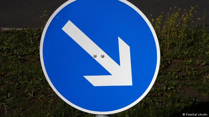 Straßenschild Verkehrsschild Pfeil Richtungsweiser Spurweiser