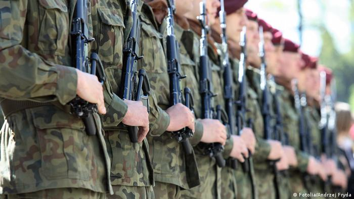 Soldaten mit Waffen