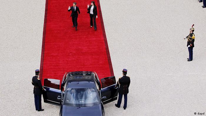 نیکلا سارکوزی، رئیس جمهوری فرانسه، و کارلا برونی، همسر وی، در حال ترک کاخ الیزه