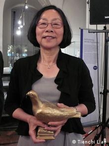 Frau Tienchi Martin-Liao, Präsidentin des unabhängigen chinesischen Pen-Zentrum hat am 11.05.2012 vom Pen-Zentrum Deutschland die Goldene Taube erhält. Sie hat uns zwei Bilder zur Verfügung gestellt. Könnten Sie die Bilder ins CMS stellen? Vielen Dank!