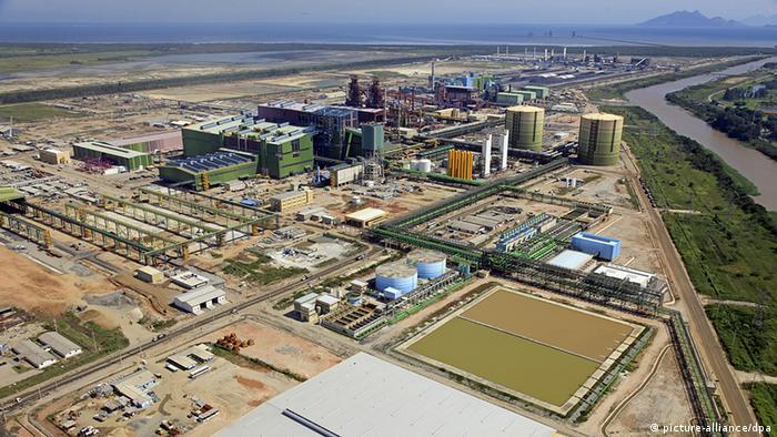 Quando foi inaugurada, há seis anos, a siderúrgica da ThyssenKrupp no Rio de Janeiro foi saudada como uma benção pelos moradores. Hoje muitos apontam as emissões de pó de grafite como causa de alergias e doenças.
