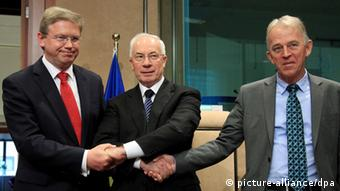Ukrainian Prime Minister Mykola Azarov (C), Danish Foreign Minister Villy Sovndal (R) and European Commissioner for Enlargement and European Neighbourhood Policy Stefan Fule (L) pose at the start of EU-Ukraine Cooperation Council at the EU headquaters in Brussels, Belgium, 15 May 2012. The previous day, EU foreign ministers discussed the 'Tymoshenko case' in Brussels at the EU_s Foreign Affairs Council. EPA/OLIVIER HOSLET +++(c) dpa - Bildfunk+++