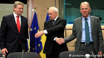 epa03219793 Ukrainian Prime Minister Mykola Azarov (C), Danish Foreign Minister Villy Sovndal (R) and European Commissioner for Enlargement and European Neighbourhood Policy Stefan Fule (L) pose at the start of EU-Ukraine Cooperation Council at the EU headquaters in Brussels, Belgium, 15 May 2012. The previous day, EU foreign ministers discussed the 'Tymoshenko case' in Brussels at the EU_s Foreign Affairs Council. EPA/OLIVIER HOSLET