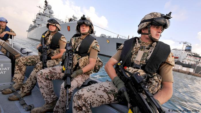 German navy troops, armed and dressed in camoflage (Photo: dpa)