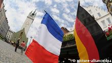 French and German flags hang side-by-side (picture-alliance/dpa)