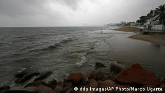 A Puerto Vallarta beach under the heavy clouds (ddp images/AP Photo/Marco Ugarte)