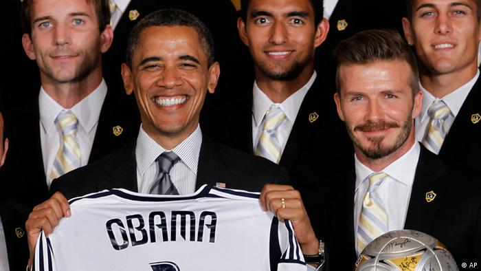 President Barack Obama holds up a Los Angeles Galaxy soccer jersey as he stands with David Beckham, during a ceremony at the White House in Washington, Tuesday, May 15, 2012, where he honored the 2011 Major League Soccer champion, Galaxy. (Foto:Pablo Martinez Monsivais/AP/dapd).