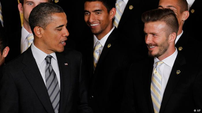 President Barack Obama stands with Los Angeles Galaxy soccer player David Beckham, right, as he honored the 2011 Major League Soccer champion Galaxy, Tuesday, May 15, 2012, at the White House in Washington. (Foto:Pablo Martinez Monsivais/AP/dapd).