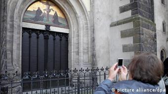 Até hoje, as 95 teses estão perpetuadas em bronze na porta da igreja em Wittenberg