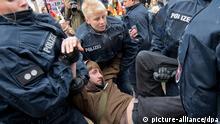 Polizisten tragen einen Demonstranten bei der Räumung des Occupy-Camps vor der Europäischen Zentralbank (EZB) in Frankfurt am Main am Mittwoch (16.05.2012) aus dem Camp. Ein Teil der Campbewohner hatte sich der Räumung widersetzt und die anrückende Polizei mit Farbe attackiert. Das Camp liegt in der Sicherheitszone um die EZB und musste wegen befürchteter Ausschreitungen bei den Blockupy-Aktionstagen vorübergehend geräumt werden. Foto: Boris Roessler dpa/lhe +++(c) dpa - Bildfunk+++