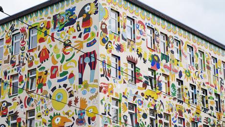 ein buntes Haus, das von Michael Fischer-Art gestaltet wurde