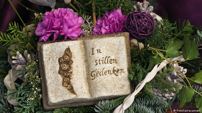 Grab mit einem aufgeschlagenen Buch In stillen Gedenken