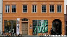 Das Vorderhaus des Cranachhofes Am Markt 4 in der Lutherstadt Wittenberg, aufgenommen am Mittwoch (24.01.2007). Nach langen Jahren der Sanierung können erstmals wieder Besucher in das historische Gebäude gelangen. Der Maler Lucas Cranach der Ältere hatte das Anwesen am Wittenberger Markt im Jahr 1512 gekauft. Während der DDR-Zeit war es dem Verfall preisgegeben. Foto: Jens Wolf +++(c) dpa - Report+++