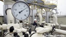 ARCHIV - Ein Mitarbeiter des Energieunternehmens E.ON Hanse kontrolliert auf dem Gelände des Erdgasspeichers Hamburg-Reitbrook die Anlage (Archivfoto vom 18.11.2005). Das Konsortium um die australische Bank Macquarie soll Konzernkreisen zufolge den Zuschlag für das Gasnetz von Eon Ruhrgas bekommen. Das Konsortium habe das höchste Angebot für das zum Verkauf stehende Netz abgegeben, hieß es am Mittwoch (16.05.2012) aus dem Umfeld des Konzerns. Damit bestätigte sich auch ein Bericht der «Rheinischen Post» (Mittwoch), wonach die Gruppe, zu der neben der Macquarie-Bank auch der Pensionsfonds der Versicherungen Munich Re/Ergo und ein Fonds aus Abu Dhabi gehören, 3,2 Milliarden Euro für die in Essen ansässige Gesellschaft Open Grid Europe geboten habe. Foto: Ulrich Perrey dpa/lnw +++(c) dpa - Bildfunk+++