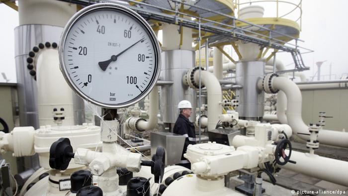 Mitarbeiter des Energieunternehmens E.ON Hanse kontrolliert auf dem Gelände des Erdgasspeichers Hamburg-Reitbrook die Anlage (Foto: picture alliance).