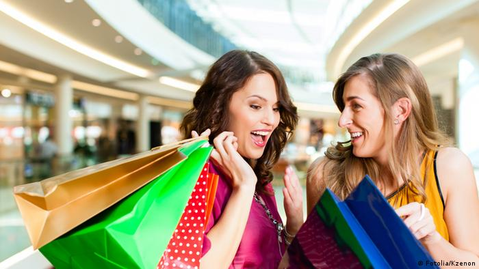 Две молодые женщины с покупками