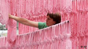 هنرمند آلمانی، رناته بون، در میان اثر خود در پیوند با موضوع خشونت جنسی علیه زنان و دختران، با ۲۰۰۰ کراوات صورتی رنگ کاغذی