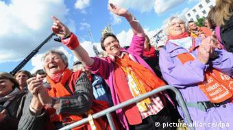 Menschen feiern am Mittwoch (16.05.2012) in Mannheim bei der Eröffnungsfeier des Katholikentags. (Foto: Franziska Kraufmann dpa/lsw)