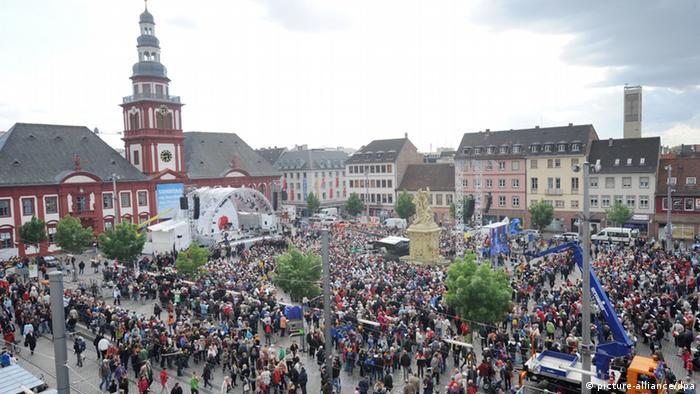 Der Marktplatz von Mannheim ist am Mittwoch (16.05.2012) während der Eröffnungsfeier des Katholikentags voll mit Menschen. (Foto: Franziska Kraufmann dpa/lsw)