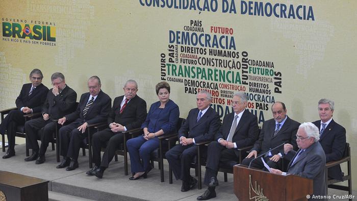 Então presidente Dilma Rousseff na instalação da Comissão Nacional da Verdade, em 2012, acompanhada do seu vice, Michel Temer, e dos ex-presidentes José Sarney, Luiz Inácio Lula da Silva, Fernando Henrique Cardoso e Fernando Collor