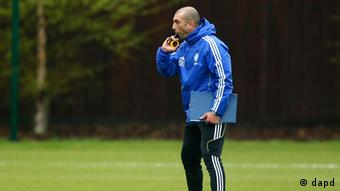 Chelsea's interim head coach Roberto Di Matteo blows his whistle during a Champions League final training session at the club's training ground in Stoke D'Abernon, England, Tuesday, May 15, 2012. Chelsea are due to play Bayern Munich in the final of the Champions League in Germany on Saturday. (Foto:Matt Dunham/AP/dapd).