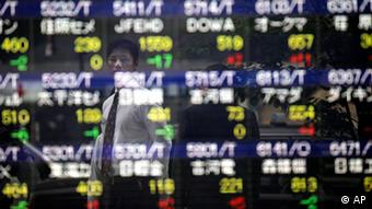 A man looks at an electric stock board of a securities firm in Tokyo Wednesday, April 25, 2012. (Photo:Itsuo Inouye/AP/dapd)