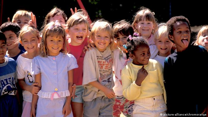 A picture of a group of mutlicultural kids from many different backgrounds (photo:CHROMORANGE / J. Whitmer)