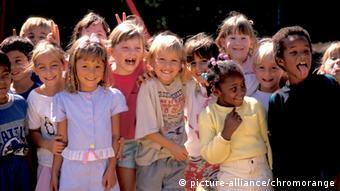 Eine Gruppe von Kindern verschiedener Nationen und Hautfarben (Foto: picture-alliance/chromorange
