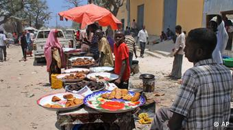 In this photo taken Thursday, March 29, 2012, Somali vendors sell street food at the Hamarweyne market in Mogadishu, Somalia. The seaside capital of Mogadishu is full of life for the first time in 20 years after African Union and Somali troops pushed Islamist militants out of the city last year. (Foto:Farah Abdi Warsameh/AP/dapd).