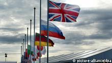 ARCHIV - Die Flaggen der G8-Staaten wehen in Gleneagles, Großbritannien, beim G8-Gipfel am 07.07.2005. Einmal im Jahr treffen sich die Staats- und Regierungschefs derjenigen acht Nationen, die als wirtschaftlich und politisch führend bezeichnet werden, zum so genannten G8-Gipfel. Im Vordergrund dieser Treffen steht der direkte und informelle Austausch über internationale Schlüsselfragen. In Kürze findet der G8-Gipfel im französichen Deauville statt. (Zu dpa-Themenpaket G8). EPA/GERRY PENNY +++(c) dpa - Bildfunk+++