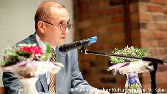محمد صالح راسخ استاد دانشگاه بلخ از افغانستان در حین سخنرانی در مراسم علمی و فرهنگی مختومقلی در شهر کلن آلمان