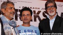 epa02843916 Indian Bollywood actor Amitabh Bhachchan (R) Indian actor Manoj Bajpai (C) and Indian film director, Prakash Jha (L) pose for photographers during a press conference in Calcutta, India 27 July 2011. Amitabh Bachchan is in Calcutta to promote his forthcoming film 'Arakshan' (Reservation). EPA/PIYAL ADHIKARY +++(c) dpa - Bildfunk+++
