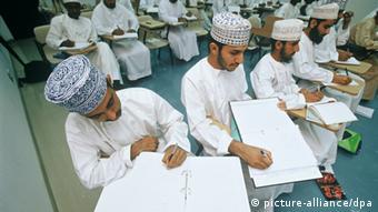 Studenten der Technischen Fakultät der Sultan-Qabus-Universität in Muskat sitzen in einer Vorlesung (Foto: dpa)