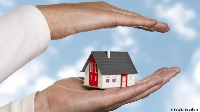 Symbol: protecting home ownership © Eisenhans - Fotolia.com 38079176