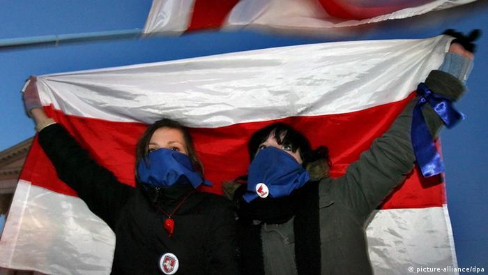 Участники акции протеста в Минске с историческим флагом