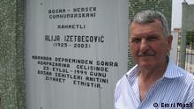 Ahmet Sorgut Šahović pored spomenika Aliji Izetbegoviću