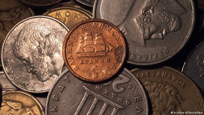 Münzen der alten griechischen Währung Drachme im Großformat EPA/ORESTIS PANAGIOTOU +++(c) dpa - Bildfunk+++