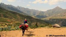 """Auf dem Weg nach Ribaneng. Bilder von Jörg Poppendieck Freelance Journalist/Southern Africa, für DW - eingestellt 19. Mai 2012 *** http://de.wikipedia.org/wiki/Lesotho WIKIPEDIA Das Königreich Lesotho (Sesotho: [lɪ'sʊːtʰʊ]), früher Basutoland, ist eine parlamentarische Monarchie im südlichen Afrika. Lesotho ist eine Enklave in Südafrika, wird also vollständig von seinem einzigen Nachbarland umschlossen. Lesotho gehörte aber zu keiner Zeit politisch zu Südafrika. Lesotho bedeutet """"Land der Sotho-sprechenden Menschen"""", wobei hier das Südliche Sotho gemeint ist. Das Land liegt zwischen 29 und 30 Grad südlicher Breite sowie zwischen 28 und 30 Grad östlicher Länge. Aufgrund seiner besonderen Höhenlage wird das Land auch The Kingdom in the Sky (""""Das Königreich im Himmel"""") genannt. Im Human Development Index von 2011 steht Lesotho auf dem 160. von 187 Plätzen."""