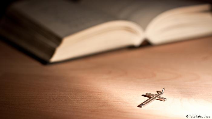 Symbolbild Religion Bibel mit Kreuz