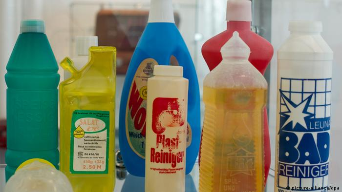 Plastic bottles with cleaning products (picture-alliance/dpa)