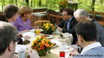 epa03225964 Russian Prime Minister Dmitry Medvedev (C-R) speaks with German Chancellor Angela Merkel (C-L) during their meeting in the framework of the G8 Summit at at Camp David, the presidential retreat in Maryland, USA, 19 May 2012. The world's Group of Eight leading industrial nations (G8) meet at Camp David to discuss the European debt crisis, the global economy and security issues. EPA/MIKHAIL KLIMENTYEV/RIA NOVOSTI/KREMLIN POOL MANDATORY CREDIT MIKHAIL KLIMENTYEV/RIA NOVOSTI