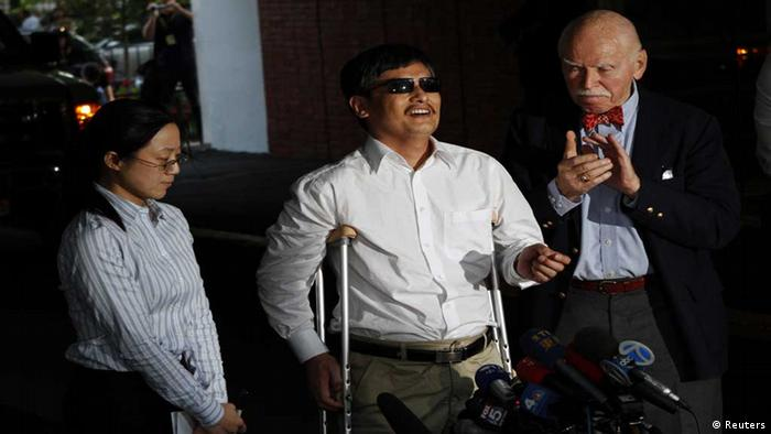 Blind Chinese dissident Chen Guangcheng (C) speaks to members of the media after arriving in New York May 19, 2012. China allowed Chen to leave a hospital in Beijing on Saturday and travel to the United States to study at New York University in a move that could signal the end of a diplomatic standoff between the two countries. REUTERS/Keith Bedford (UNITED STATES - Tags: POLITICS MEDIA) // eingestellt von nis