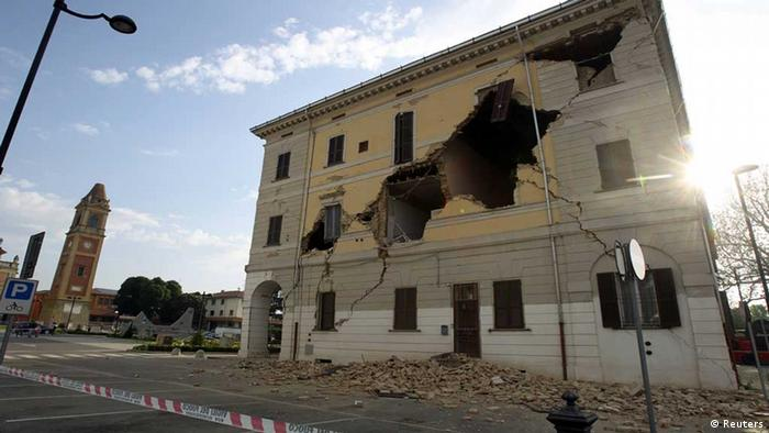 The Town Hall building on Sant' Agostino near Ferrara is seen damaged after an earthquake on May 20, 2012. REUTERS/Giorgio Benvenuti ( ITALY - Tags: DISASTER ENVIRONMENT)// eingestellt von nis