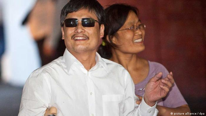 epa03226624 Chen Guangcheng, blind Chinese human rights activist and his wife Yuan Weijing smile as they arrive at a New York University housing, in New York, USA, 19 May 2012. Chen left China for the United States with his wife Yuan Weijing, their two children, his son Chen Kerui and daughter Chen Kesi. Blind activist Chen Guangcheng of China and his family arrived at the Newark, New Jersey, international airport after anxious weeks about his fate if he stayed in his home country. The United-Continental Airlines aircraft left China early 19 May for the United States after Chinese officials surprised Chen's supporters with permission to leave his homeland. EPA/RAMIN TALAIE +++(c) dpa - Bildfunk+++