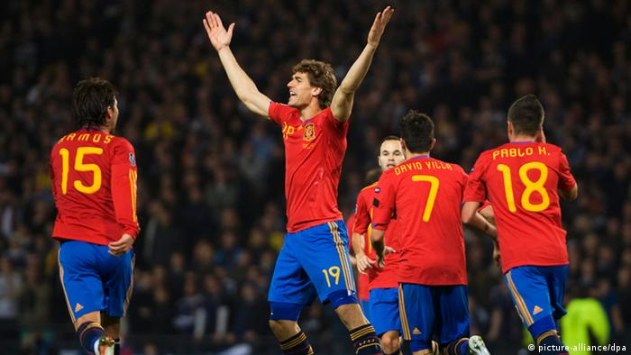 Spain's Fernando Llorente (C) celebrates with his team mates after scoring against Scotland during their UEFA Euro 2012 qualifying soccer match at Hampden Park in Glasgow, Britain, 12 October 2010. Spain won 3-2. EPA/BRIAN STEWART +++(c) dpa - Bildfunk+++
