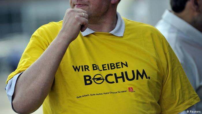 Staff rally in front of Bochum's Opel plant