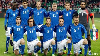 FILE - The Nov. 11, 2011 file photo shows Italy's Mario Balotelli, Andrea Ranocchia, Giorgio Chiellini, Ignazio Abate, Domenico Criscito, Gianluigi Buffon, second row from left, Riccardo Montolivo, Andrea Pirlo, Claudio Marchisio, Giampaolo Pazzini and Daniele de Rossi, first row from left, posing for the photographers prior to a friendly soccer match between Poland and Italy in Wroclaw, Poland. 16 teams compete in the Soccer Euro 2012 kicking off June 8, 2012 in Warsaw and ending with the final on July 1 in Kiev. 31 matches will be played in eight Polish and Ukrainian cities. (Foto:Michael Sohn/AP/dapd)